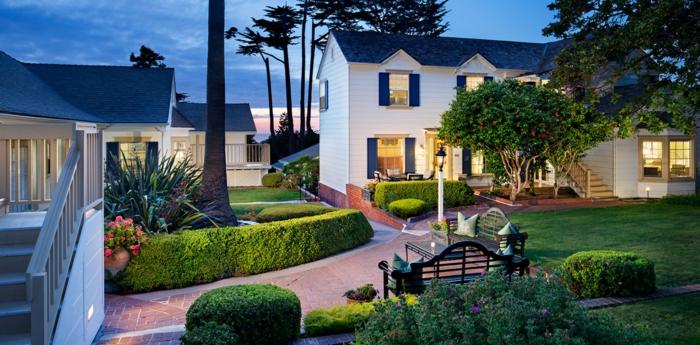 ein perfektes haus mit eigener garten terrasse, schön gestalteter garten mit pflanzen und aleen