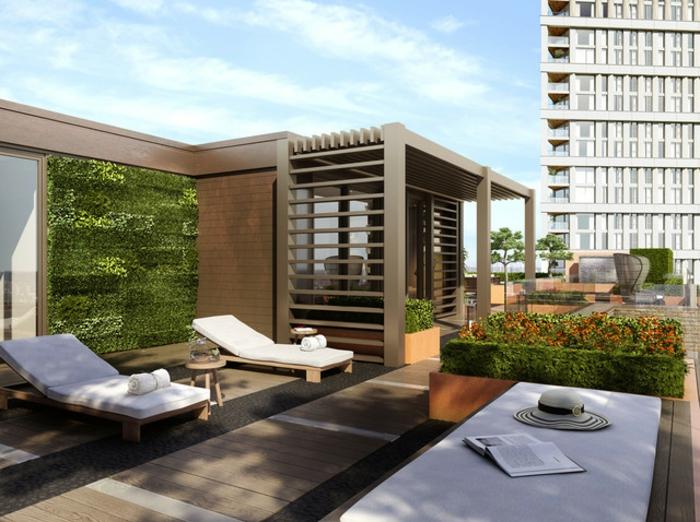 terrassenumrandung, liegestühle auf einer dachterrasse. dezente bepflanzung auch an der wand, sonnen gehen