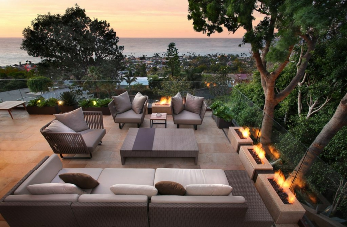 moderne möbel und schöne beleuchtung im offenen, terrassenumrandung, baum, garten, pflanzen