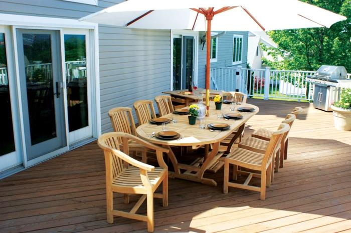 terrasse anlegen, tisch decken, schöne momente mit den verwandten verbringen, sonnenschirm deko idee