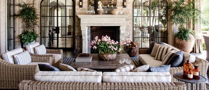 schönes ambiente selber schaffen, terrasse geschlossen mit pflanzen, sofa, sessel, kamin, glaswände, terrasse anlegen