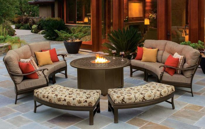 terrasse anlegen, beige möbel, kissen, design, feuer, tisch, pflanzen, exotischer garten