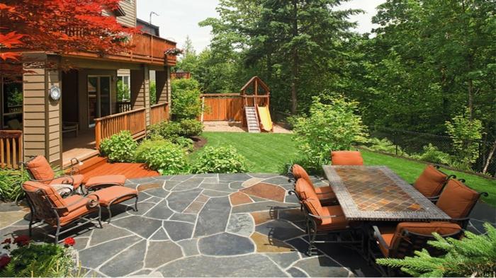 terrassen beispiele, steinboden, sitzecke mit esstisch, raigrass mit spielecke für kinder