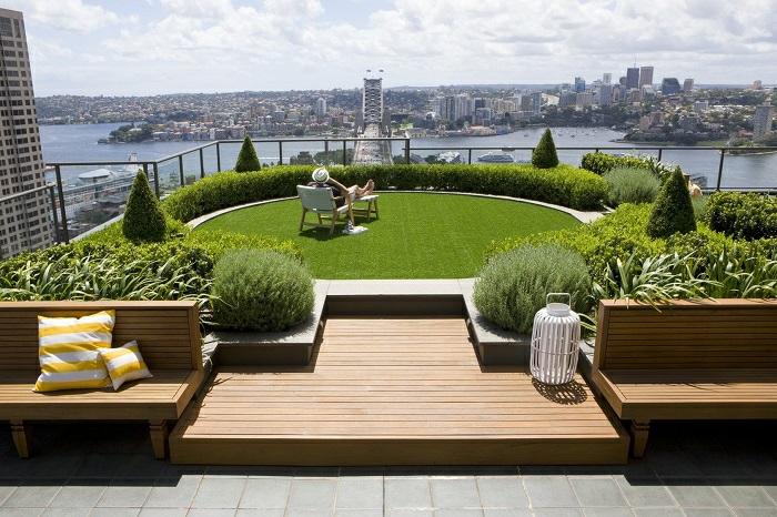 balkon ideen, dachterrasse zum faszinieren, grüne fläche mit legestphle, sich sonnen, ausblick über die stadt