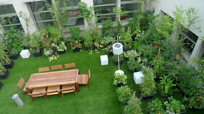 terrassengestaltung ideen von oben gesehen eine gartenterrasse mit vielen grünen pflanzen und einem großen esstisch