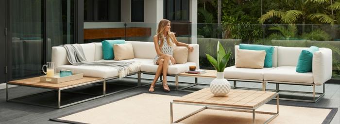 frauen mögen gerne schöne terrassen haben und genießen, sofa auf der terrasse, pflanze, tag