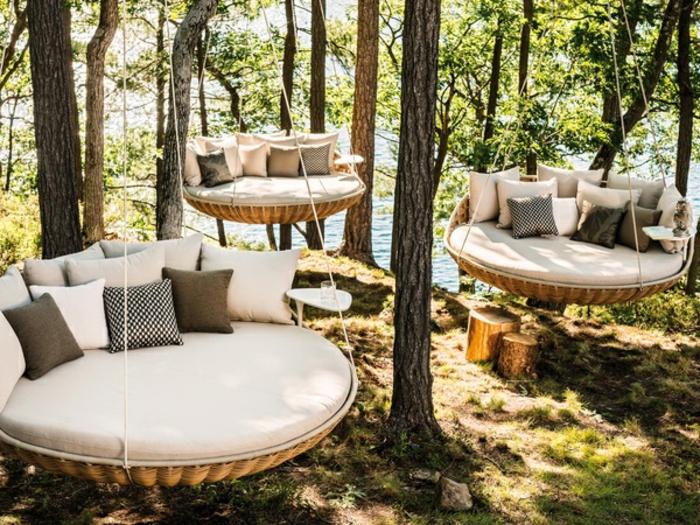 schöne terrassen ideen, liegebetten in wilder umgebung, coole ideen viele kissen, weich, bequem