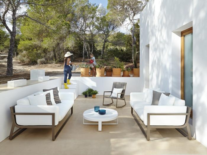 schöne terrassen selber gestalten, diy projekte für das eigene zuhause, mann und frau arbeiten zusammen im garten