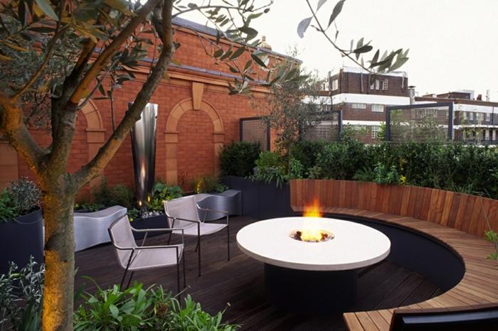 einrichtungsideen für eine garten terrasse baum als deko feuerstelle runde sitzbank