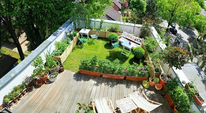 terrassengestaltung ei blick von oben kleiner grüner garten in kombination mit erholungsecke mit liegestühlen