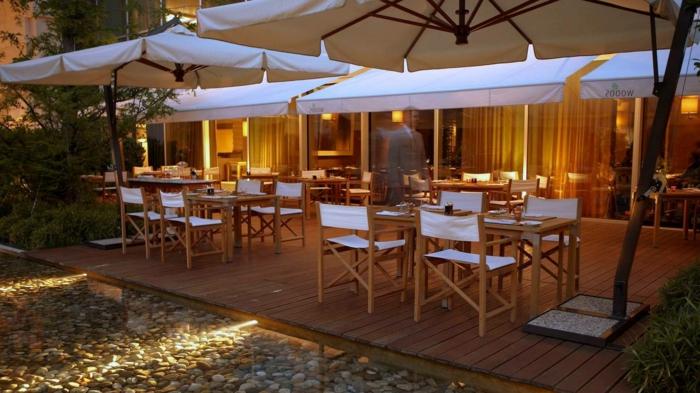 natürliches flair, deko terrasse, holzmöbel, braun und weis, deko kies und splitt, cafe, restaurant