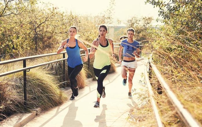tipps zum abnehmen ideen drei freundinnen gehen am wochenende zusammen laufen, dann können sie plaudern und den tag genießen