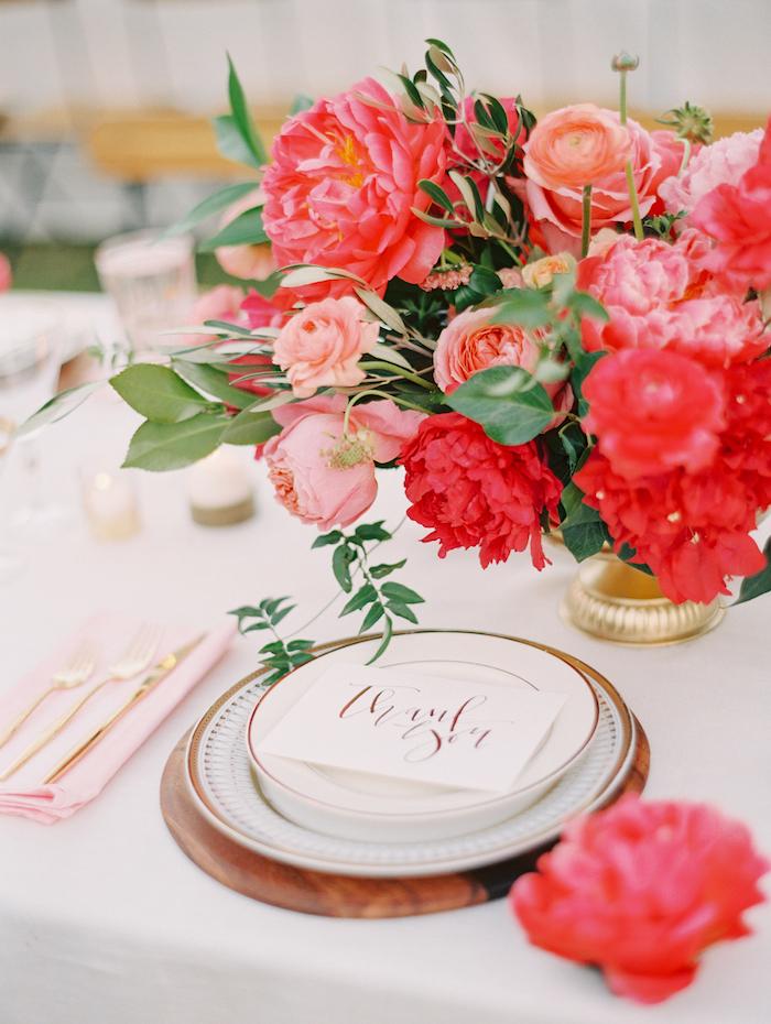 Großer Strauß aus Pfingstrosen auf dem Tisch, Frühlingsdeko im Esszimmer