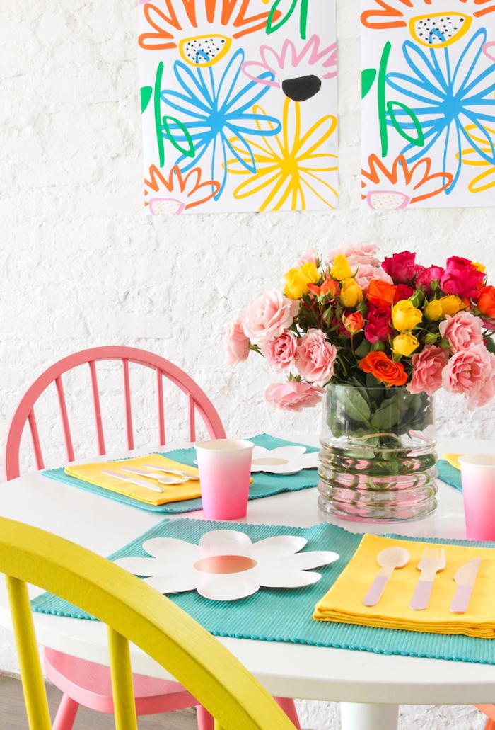 Großer Rosenstrauß in verschiedenen Farben, Teller als Blumen, selbst bemalte Becher, lustige Gemälden an der Wand
