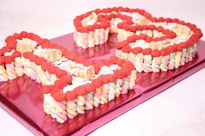 torte aus süßigkeiten fpr den 13. geburtstag, marshmallows und geleebonbons, torte ohne backen