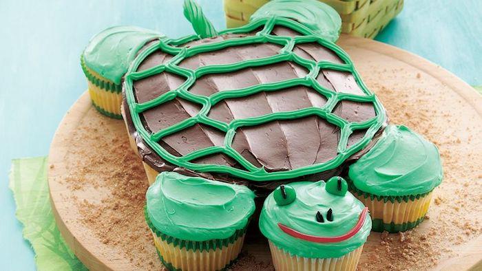 torte aus süßigkeiten, geburtstagstrote für kind in form von schildkröte, cupcakes