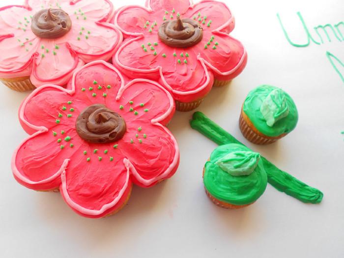 torte aus süßigkeiten, kuchen in form von großen rosa blumen, blumenstrauß, cupcakes