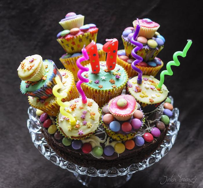 torte aus süßigkeiten, tortenboden mit schokolade, cupcakes dekoriert mit fondant, geburtstagstorte für kind