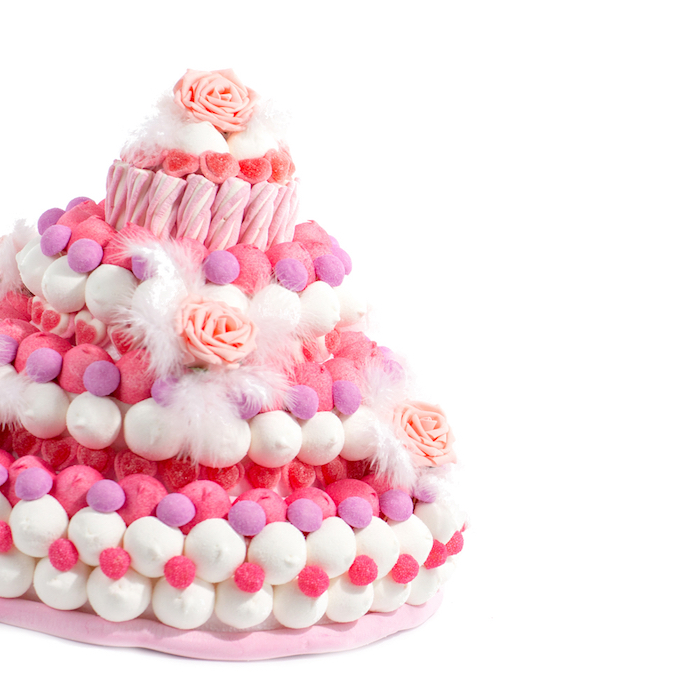torte zum 18 geburtstag selber machen, torte für mädchen dekoriert mit geleebonbons und marshmallows