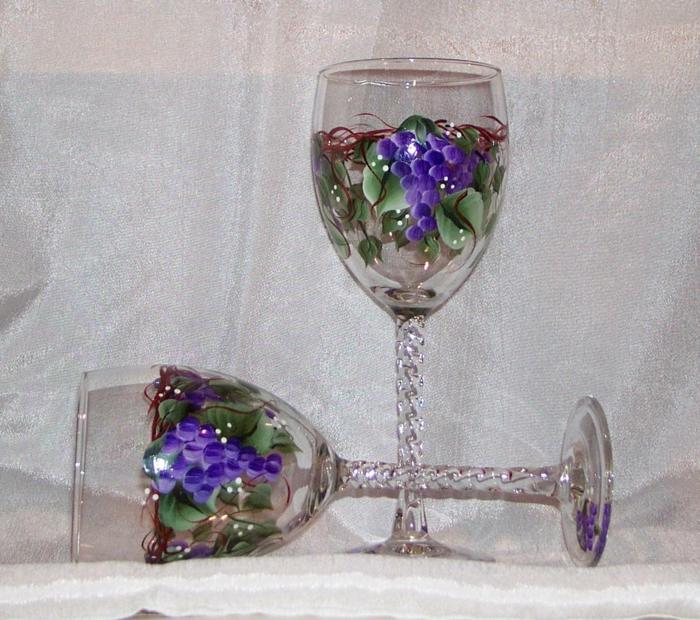 Weinberge im Herbst mit saftigen Früchten, auf zwei Gläser, Glas farben