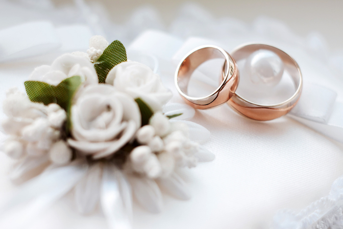 trauringe in rosegold, weiße blumen, hochzeitsringe aus gold, goldene ringe, hochzeit