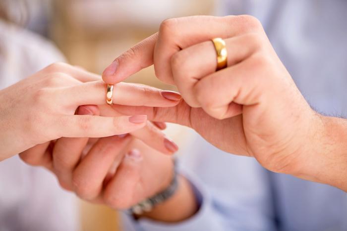 hochwertige trauringe aus gold, mann und frau, die sich heiraten, hochzeit, hochzeitsringe aus gold
