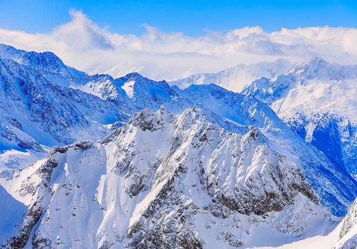 urlaub in den alpen planen, urlaub im winter, berg, gipfel bedeckt mit schnee