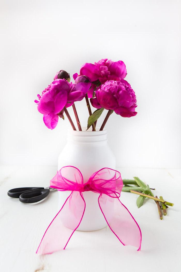 Kleine Vase leicht und schnell selber machen, weiße Plastikflasche mit violettem Band verzieren, violette Pfingstrosen