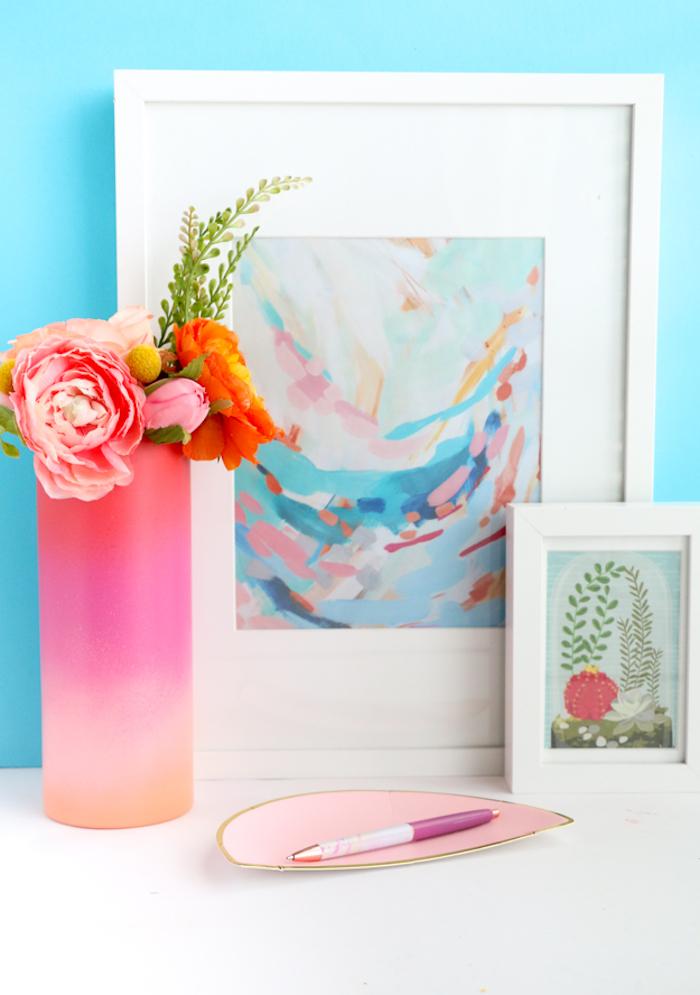 Selbst bemalte Vase, zwei Gemälden im Hintergrund, kleiner Blumenstrauß