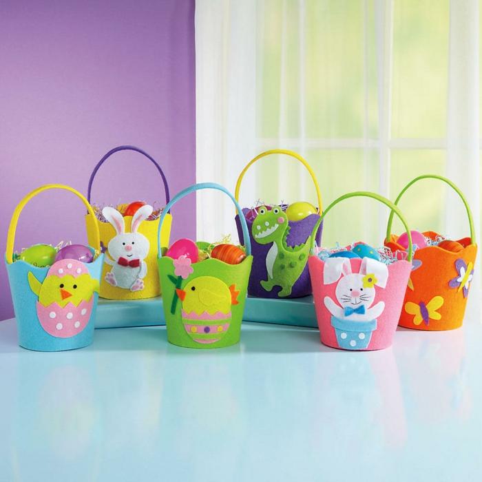 Ostergeschenke basteln in Kindergarten, kleine Eier in bunten Osterkörbchen