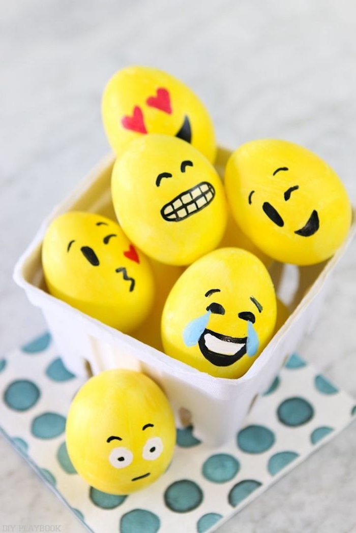 ein witziges osterbild mit kleinen gelben ostereiern mit schwarzen augen, blauen trännen und drei roten herzen, lustige osterbilder für kinder