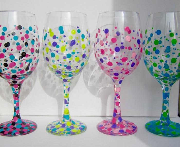 Glas farben, mit Wattenstäbchen, bunte Flecken in grüner, schwarzer und anderer Farben