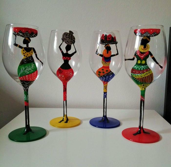 vier Silhuetten von Frauen, bunte Klammotten, exotische Gläser, Glas farben