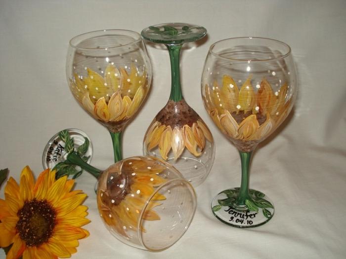 vier Gläser mit Sonnenblumen, sommerliche Deko für Tisch im Garten