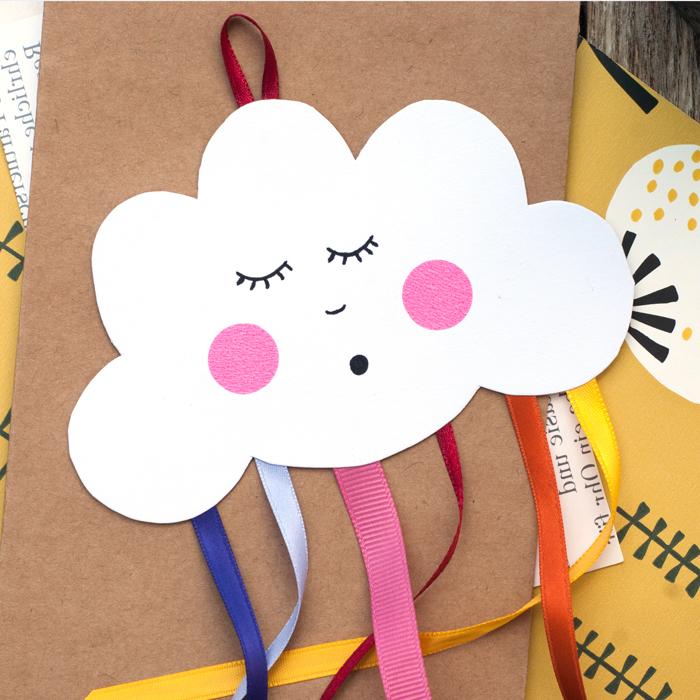 Wolke aus Papier ausschneiden, bunte Streifen für Regenbogen, schöne DIY Deko für Kinderzimmer