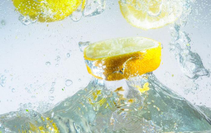 viele große gelbe zitronen und wasser, eine limonade selber machen