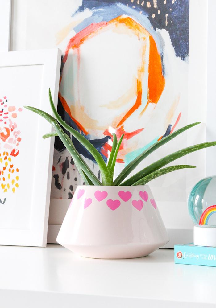 Selbst verzierter Blumentopf, rosa Herzen auf weißem Grund, Zimmerpflanze Aloe