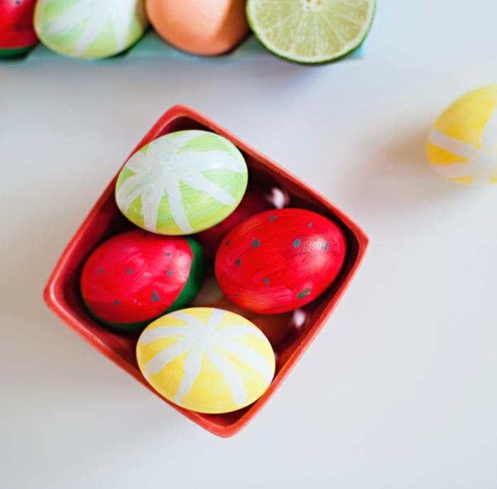 vier von die Früchte Eier in einer kleinen roten Schachtel, Eier anmalen