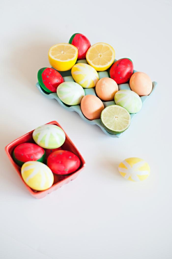 echte Früchte neben die Eier, deren Form wie Früchte ist, Eier anmalen