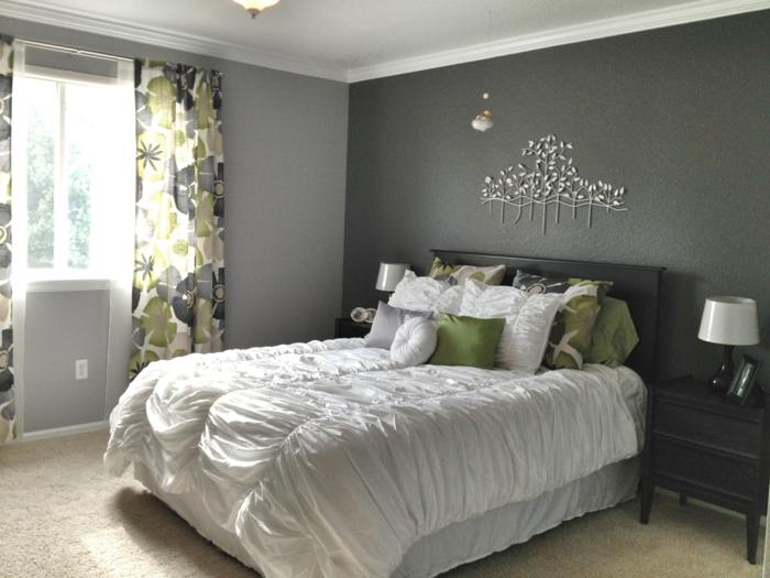 Blüten Deko, Vorhänge mit Blumenmuster stimmen auf die Kissen ab, welche Farbe passt zu Grau