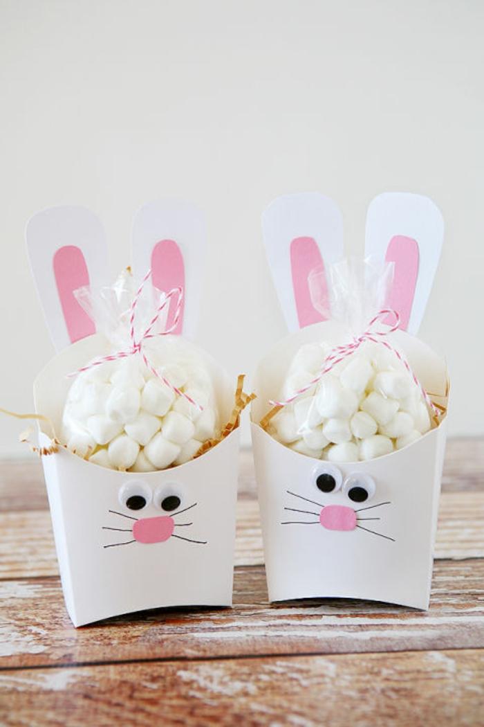 zwei Popcorn Tüten wie Osterhasen bemalt, voller weiße Süßigkeiten, kleine Ostergeschenke