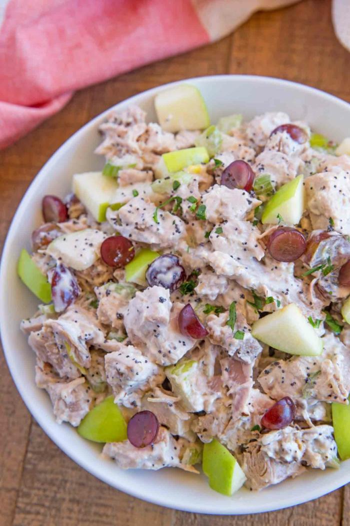 ein Salat aus Obst und Gemüse, Äpfel und Traube, Petersilie und Pfeffer