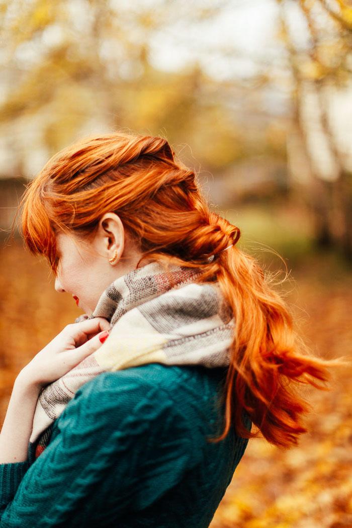 frisuren halblang gestuft locken, grüne bluse, schal, rote haare, einfache flechtfrisur