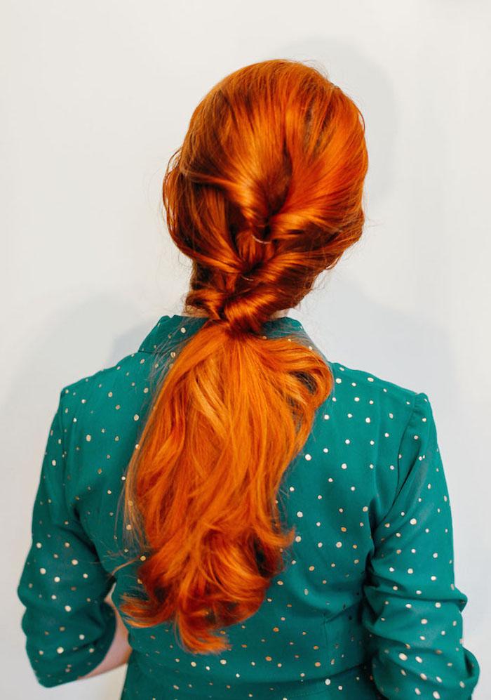 frisuren halblang gestuft locken, lange kupferfarbene haare, einfache alltagsfrisur, flechtfrisuren