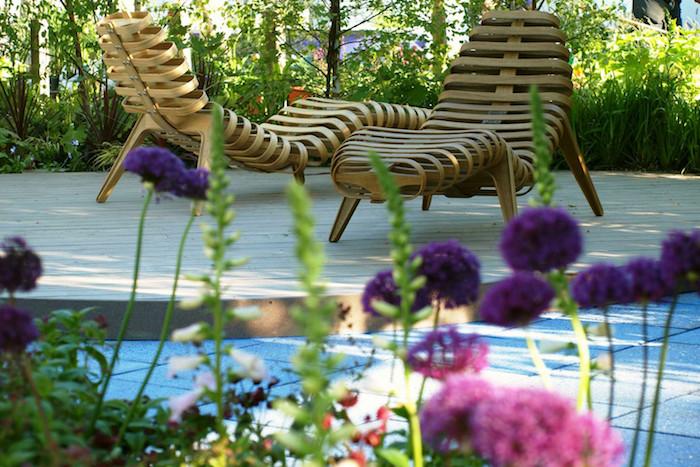 garten ideen, designer möbel, chaiselonguen aus holz, bunte blumen, gartenpflanzen
