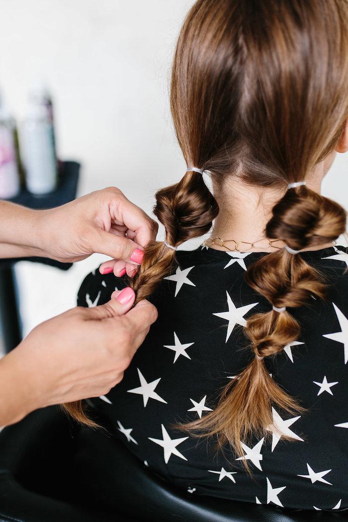 einfache flechtfrisuren, rosa nagellack, braune haare, damenfrisuren, frisurenideen, anleitung