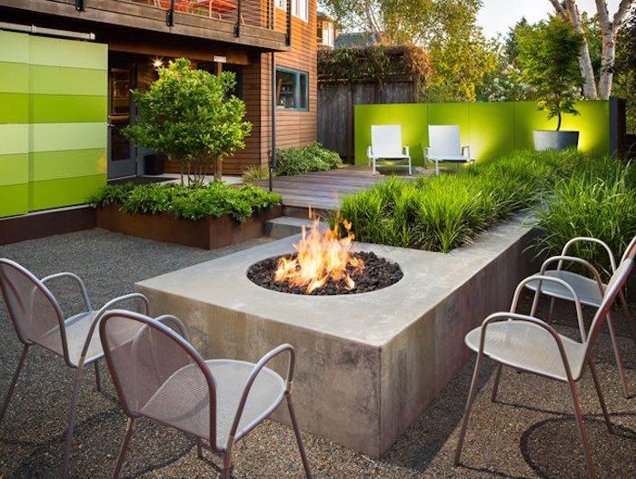 garten ideen, feuerstelle aus beton, stühle aus aluminium, grüner gartenzaun