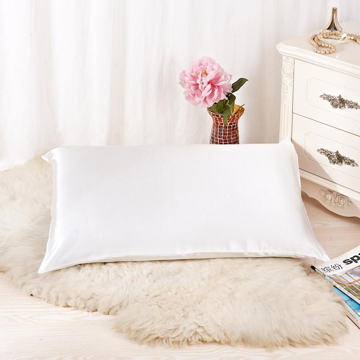 haarwuchs beschleudnigen, vase mit rosa blume, kissenbezug aus seide, weißer schrank mit schubladen