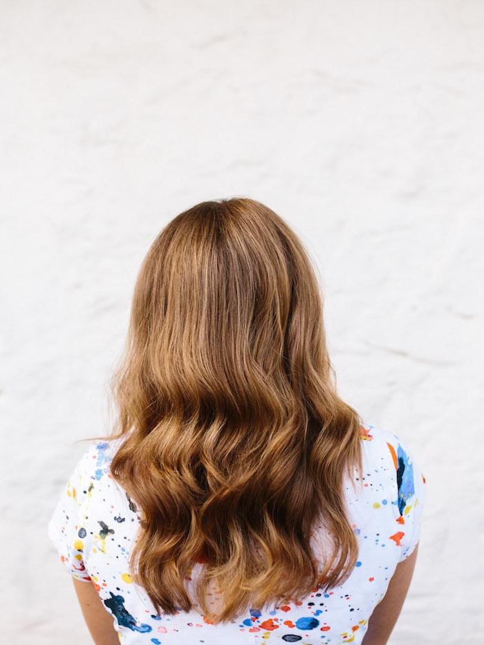frisuren halblang gestuft locken, mittellange braune haare mit blonden highlights, frisurenideen