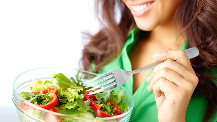 wie wachsen meine haare schneller, schüssel mit salat, gesund essen, grünes hemd, frau